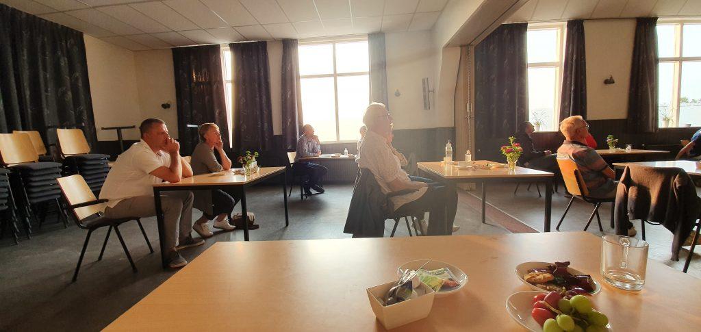 Foto van tafels met mensen